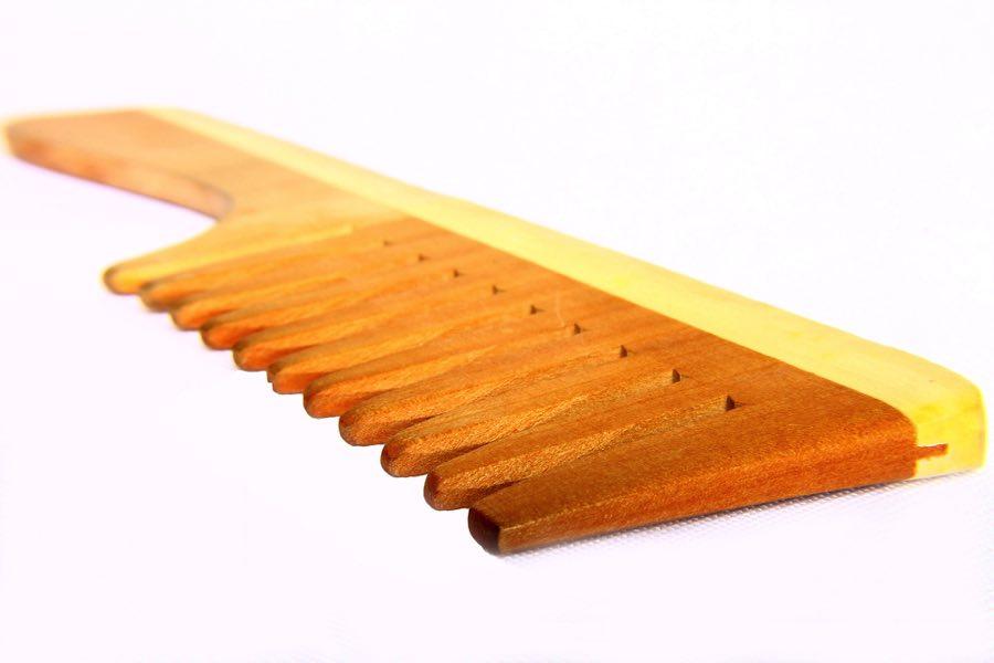 Используй деревянную расческу